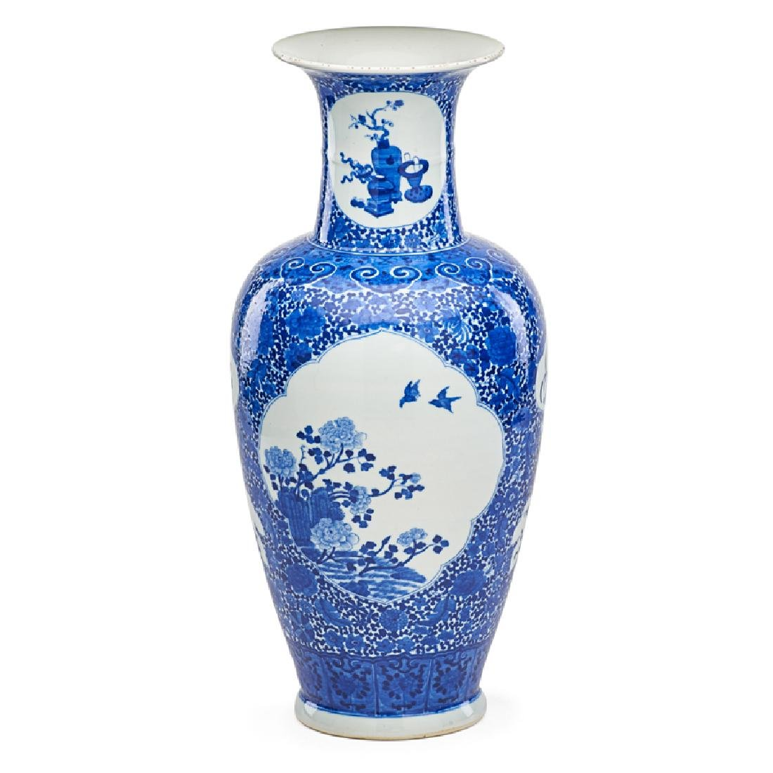CHINESE BLUE AND WHITE EXPORT PORCELAIN VASE