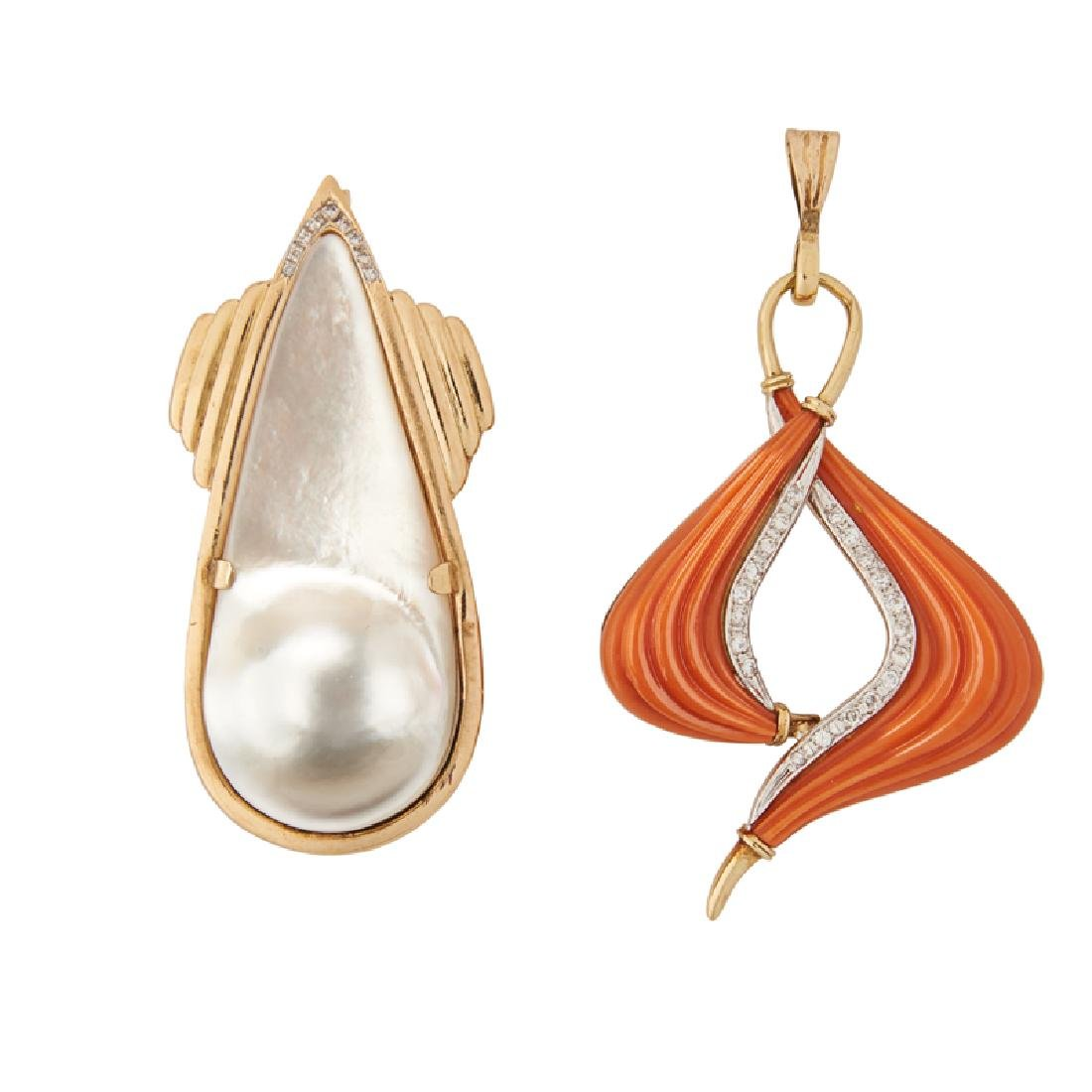 BLISTER PEARL OR CORAL YELLOW GOLD PENDANTS