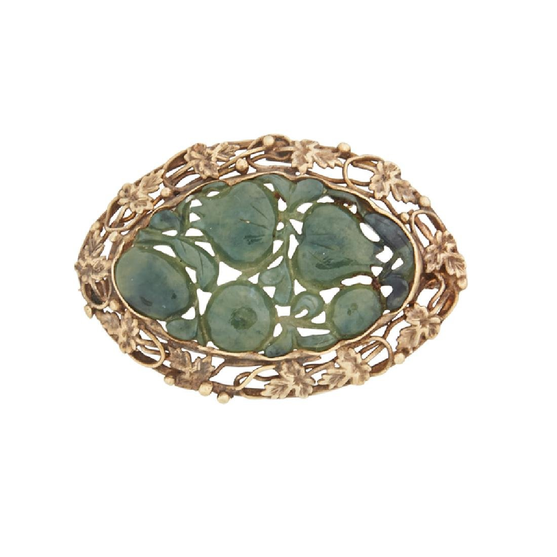 CARVED HARDSTONE & YELLOW GOLD BROOCH