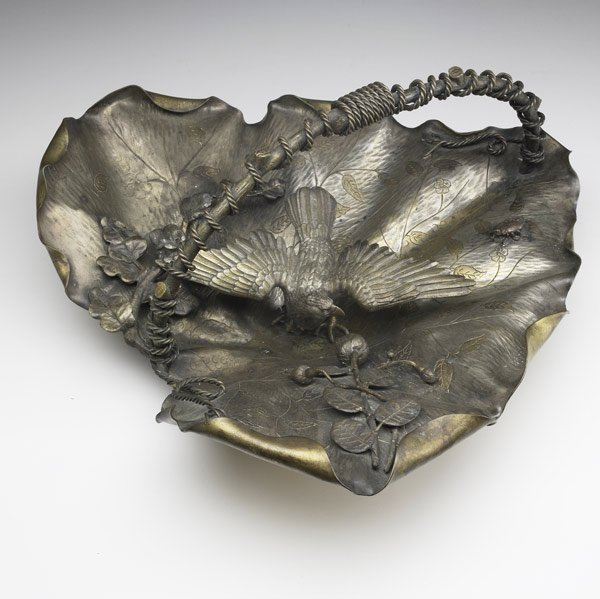 6: DECORATIVE ACCESSORIES Mixed metal leaf-shaped bowl