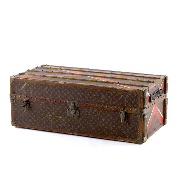 106: LOUIS VUITTON Traveling trunk with full interior