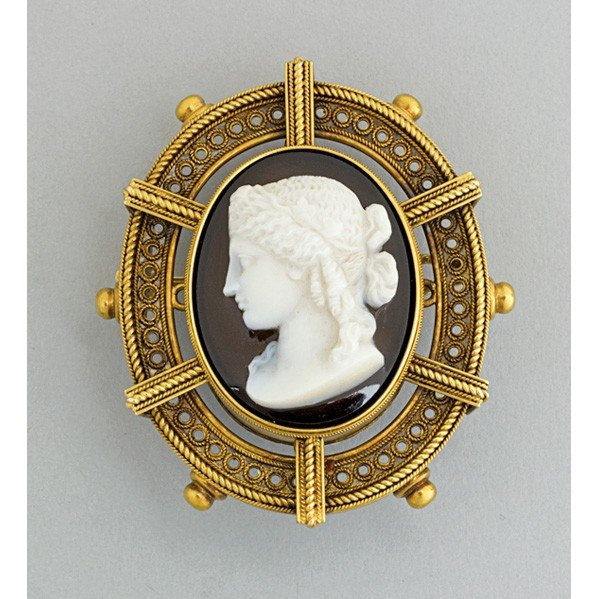 2006: ARCHAEOLOGICAL REVIVAL GOLD AGATE CAMEO BROOCH