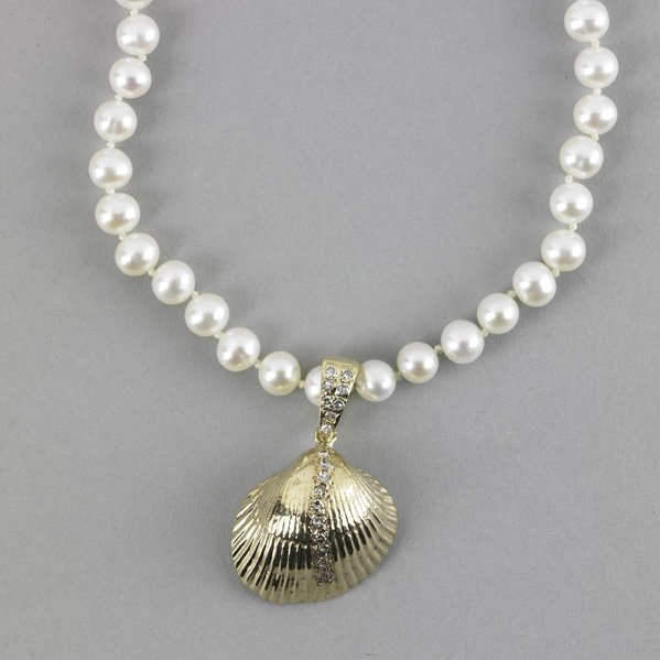 2004: GOLD AND DIAMOND CLAM SHELL PEARL NECKLACE