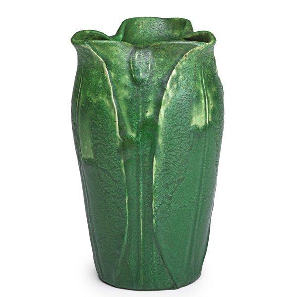 GRUEBY Vase w/ ruffled rim