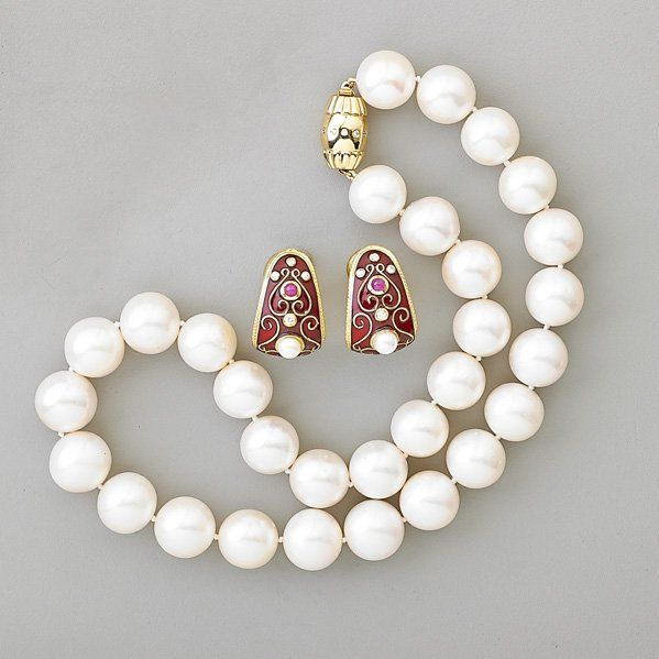 ASSEMBLED SUITE WHITE PEARL AND GOLD JEWELRY