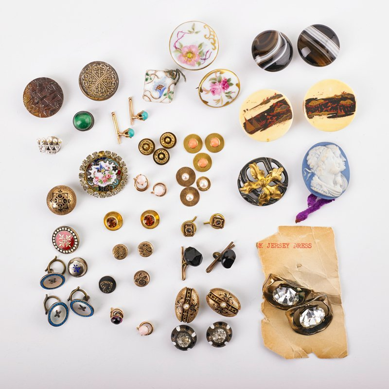 GROUP OF CUFFLINKS, BUTTONS & FINDINGS, SOME GOLD