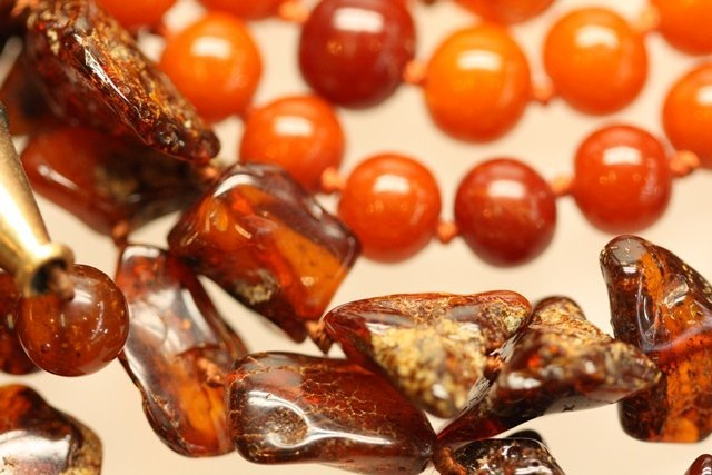 COLLECTION OF ANTIQUE CHINESE OR JAPANESE AMBER - 3