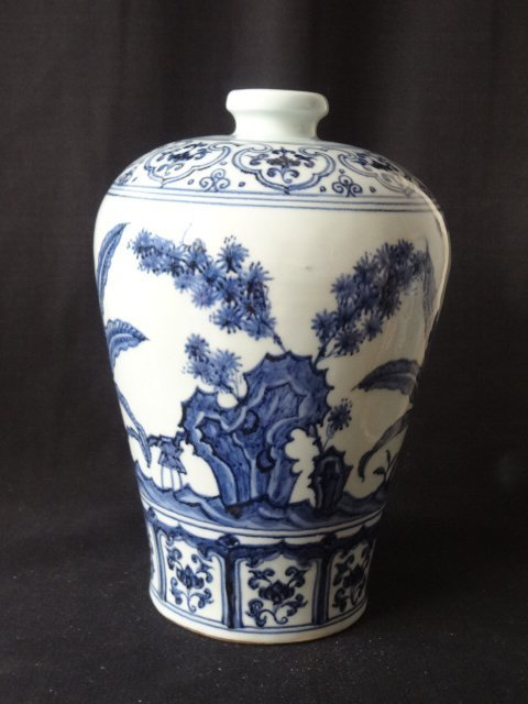 Elegant Ming Dynasty Xuande Period Floral Meiping