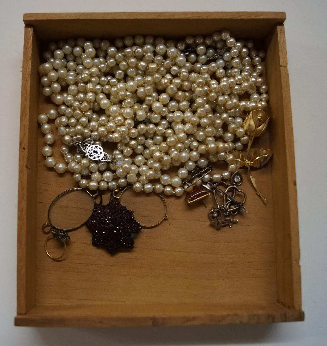 LOT ASSORTED COSTUME JEWELRY INCLUDING FAUX PEARLS,
