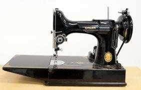 VINTAGE SINGER FEATHERWEIGHT SEWING MACHINE WITH CASE
