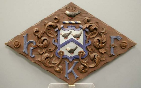 1001: CARVED/POLYCHROMED PINE COAT OF ARMS PANEL