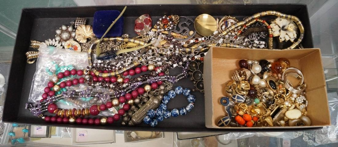 LOT ASSORTED COSTUME JEWELRY INCLUDING NECKLACES,