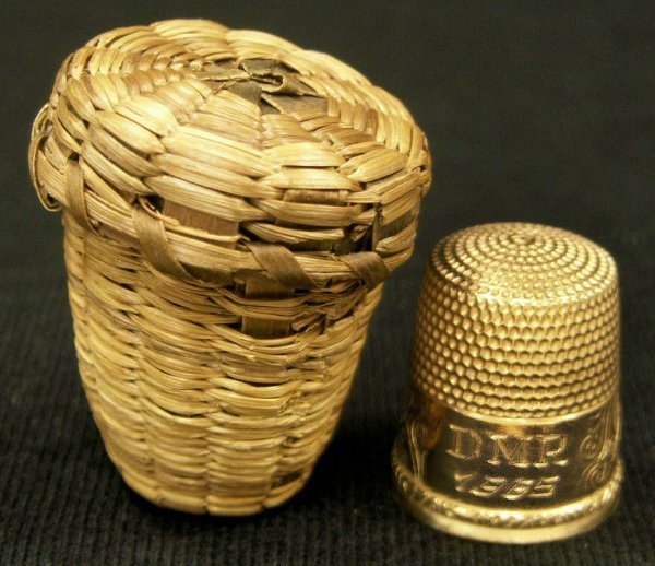 "2017: YELLOW GOLD (TESTS 14K) THIMBLE, MONOGRAMMED ""DMR"