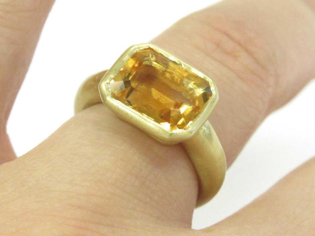 750 BURNISHED YELLOW GOLD AND EMERALD-CUT CITRINE RING.