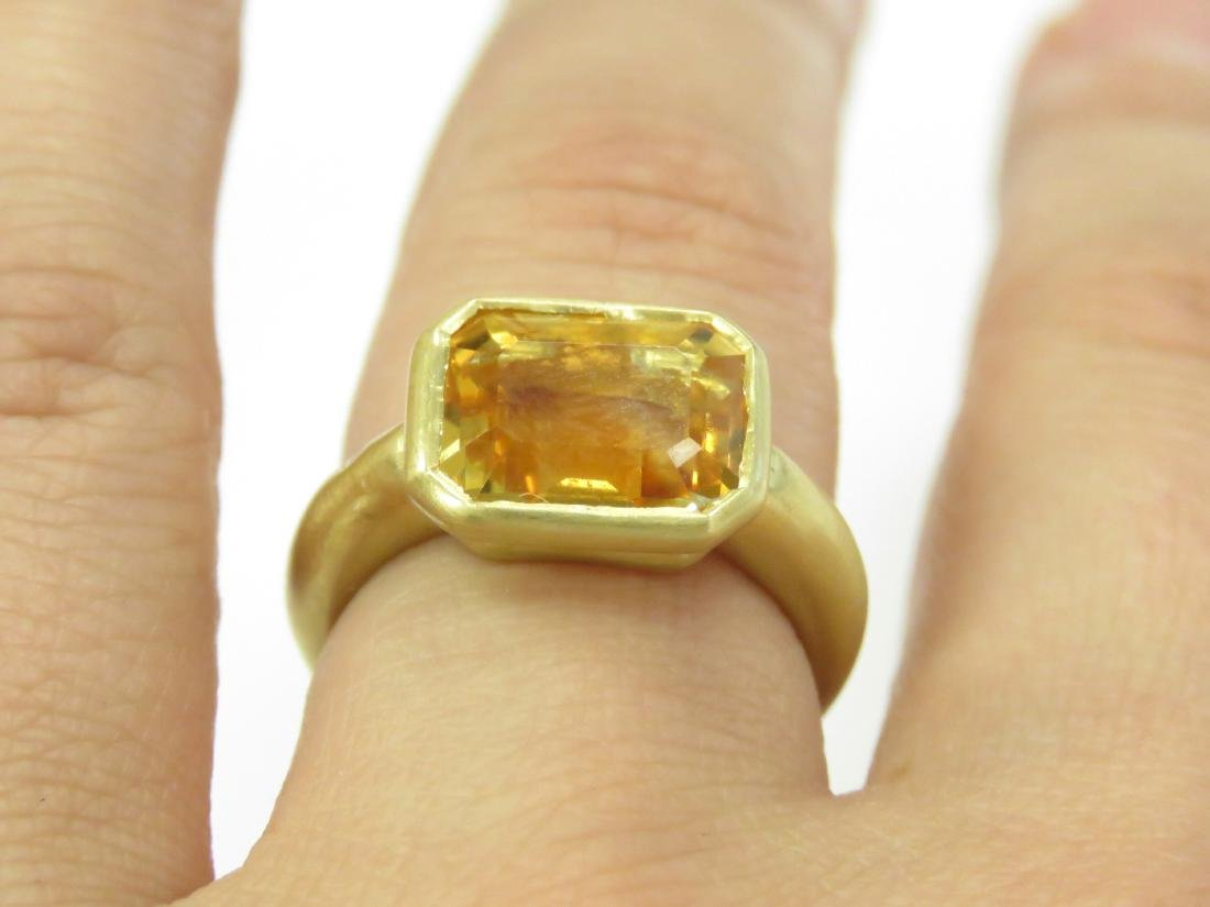 750 BURNISHED YELLOW GOLD AND EMERALD-CUT CITRINE RING. - 2