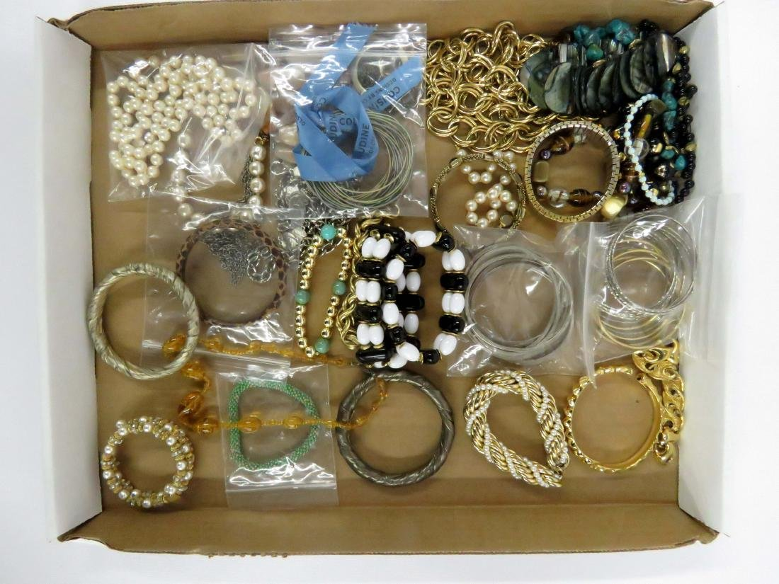 LOT ASSORTED COSTUME JEWELRY INCLUDING EXPANDABLE