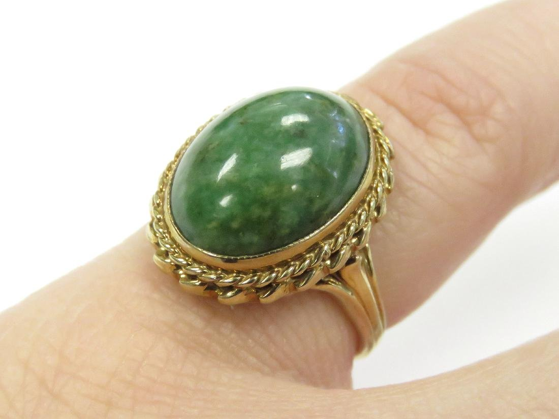 14K YELLOW GOLD AND CABOCHON GREEN HARDSTONE RING. RING