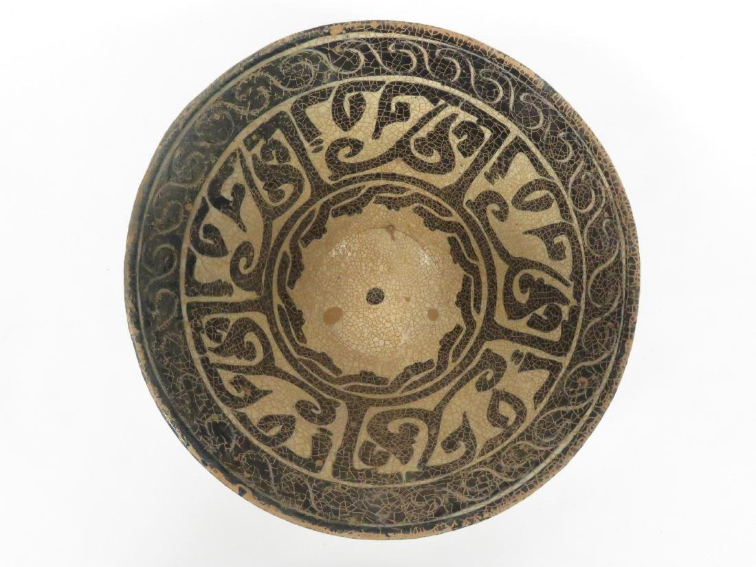 ISLAMIC DECORATED POTTERY BOWL WITH KUFIC SCRIPT. - 3