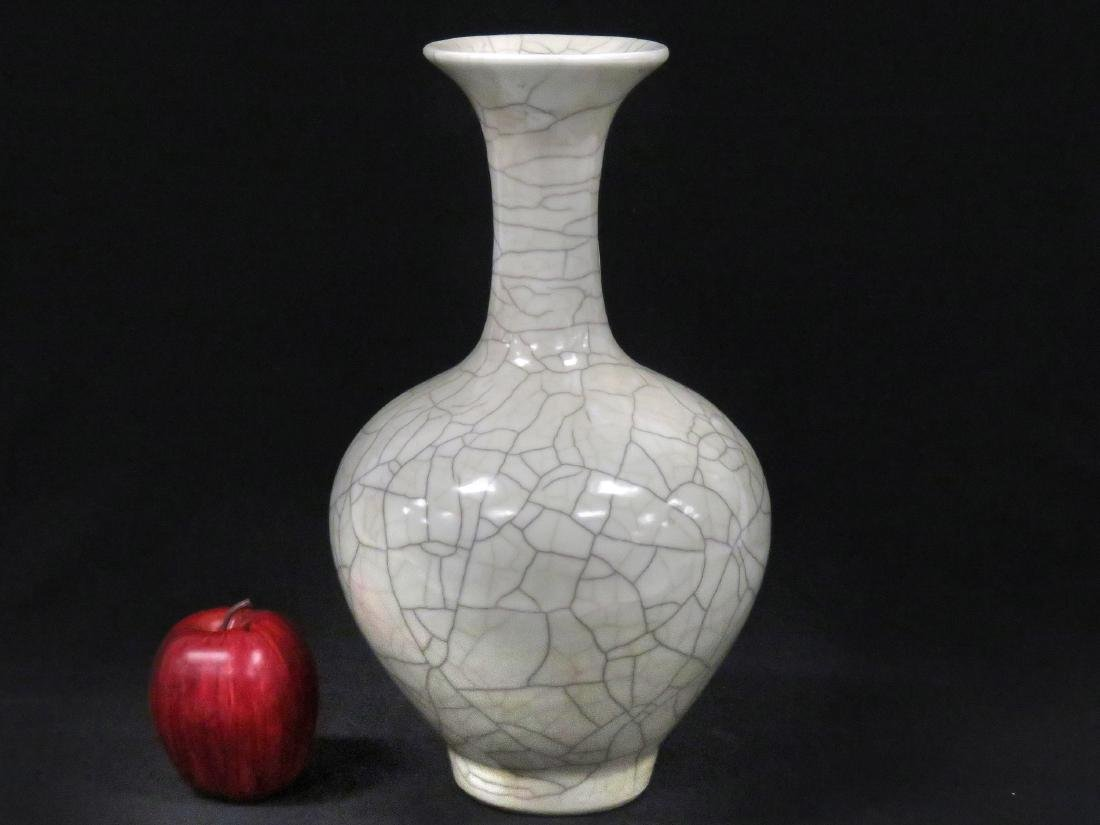 CHINESE KO YAO PORCELAIN CRACKLEWARE BOTTLE VASE.