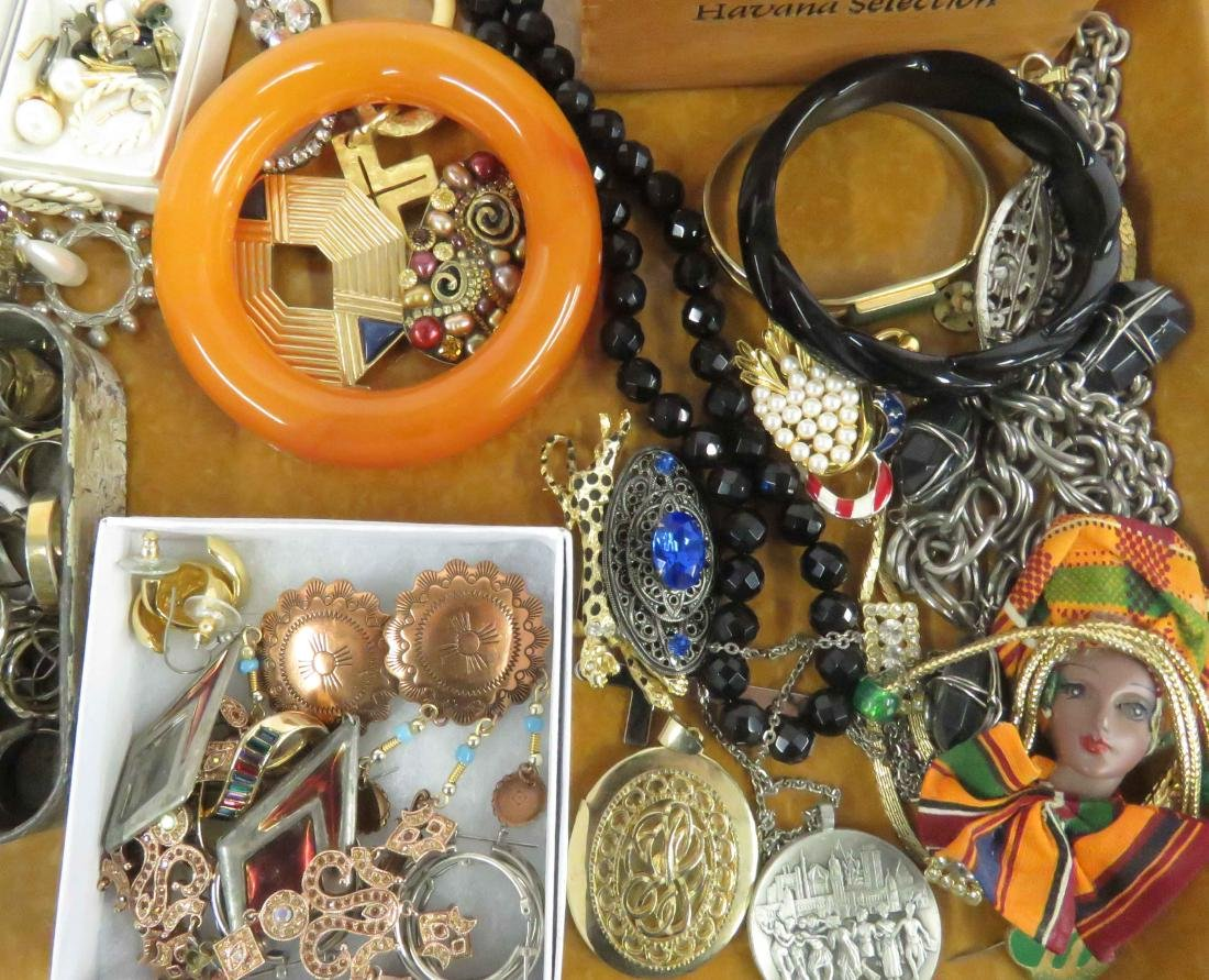 LOT ASSORTED COSTUME JEWELRY INCLUDING KENNETH LANE AND - 2