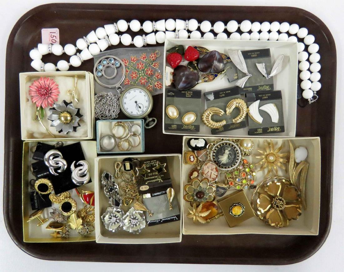 LOT ASSORTED COSTUME JEWELRY INCLUDING TRIFARI, SARAH