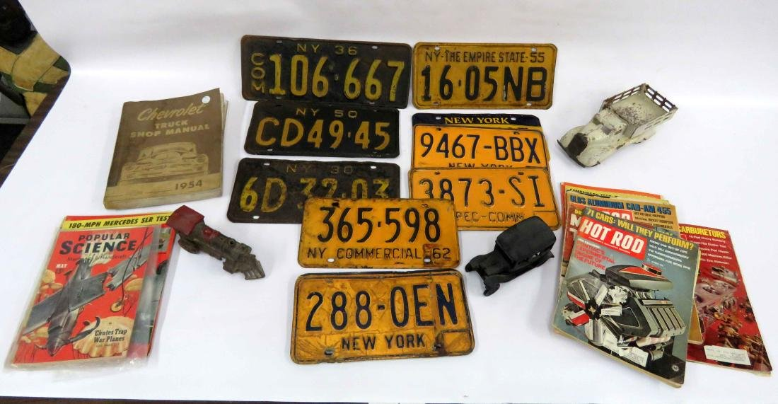 LOT INCLUDING VINTAGE LICENSE PLATES, VINTAGE AUTO