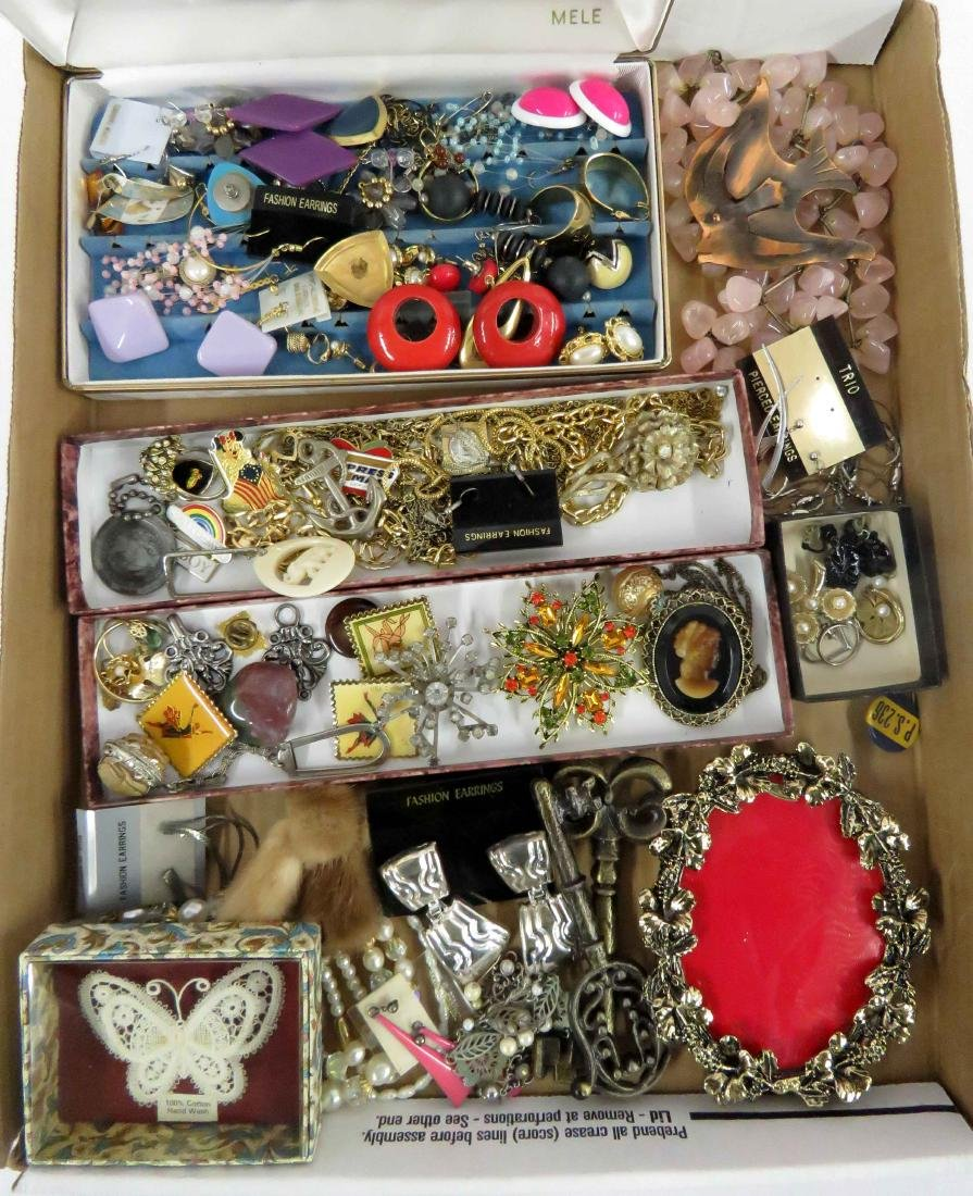 LOT ASSORTED COSTUME JEWELRY INCLUDING PINS, BROOCHES,