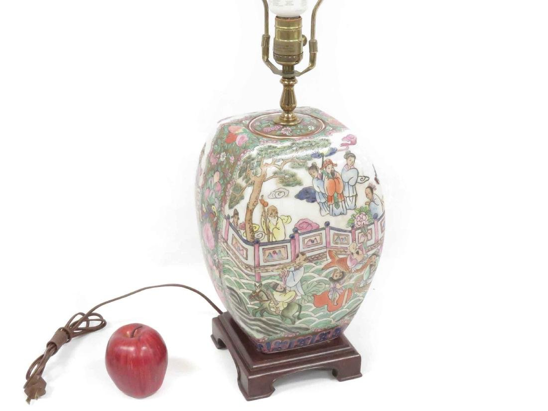 CHINESE FAMILLE ROSE DECORATED PORCELAIN TABLE LAMP.