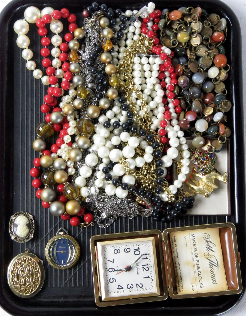 LOT ASSORTED COSTUME JEWELRY INCLUDING BEADED