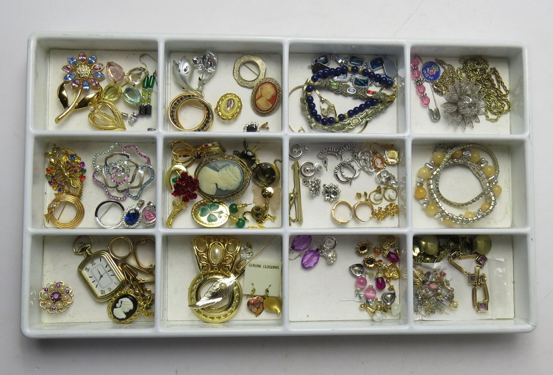 ASSORTED LOT COSTUME JEWELRY PINS/BROOCHES, EARRINGS &