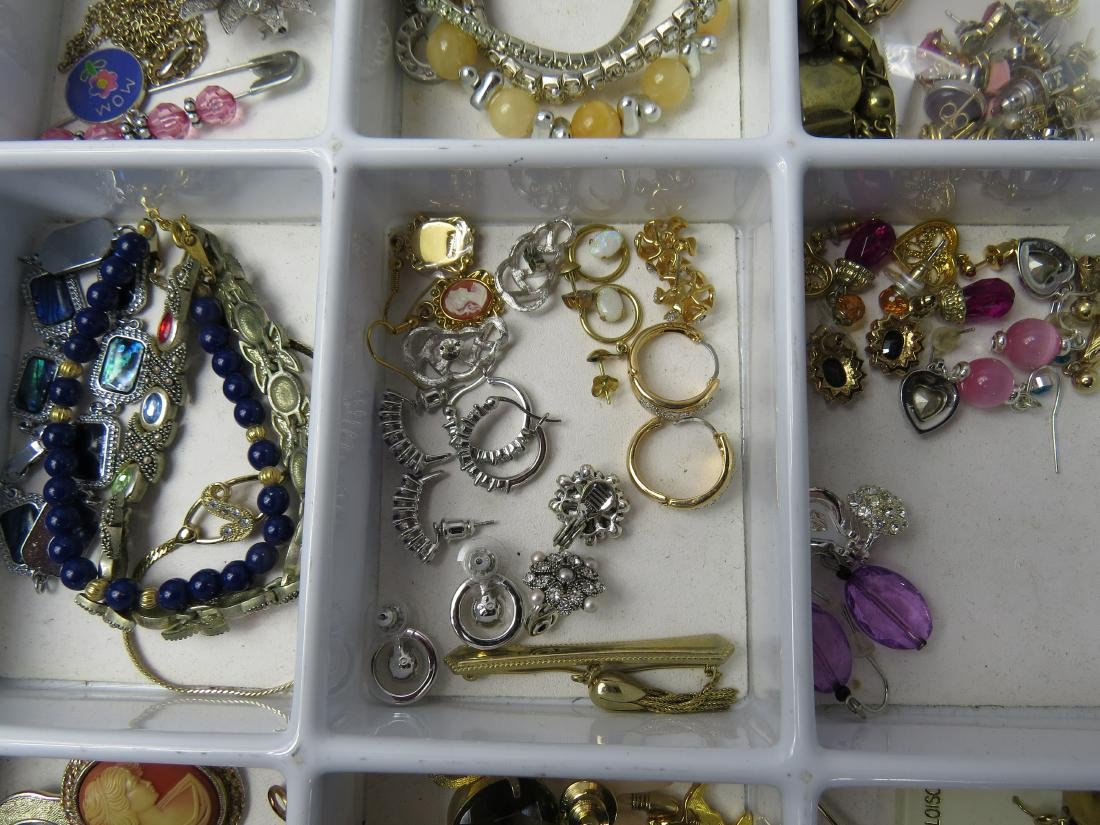 ASSORTED LOT COSTUME JEWELRY PINS/BROOCHES, EARRINGS & - 3