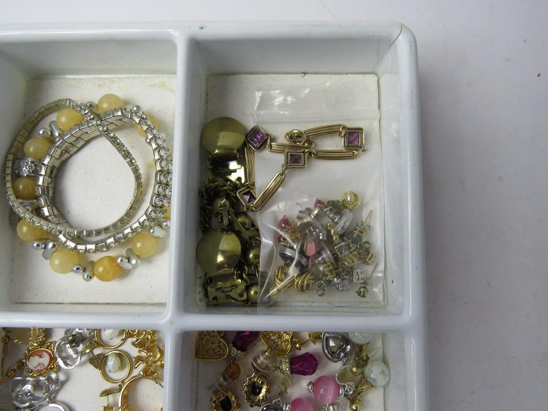ASSORTED LOT COSTUME JEWELRY PINS/BROOCHES, EARRINGS & - 4