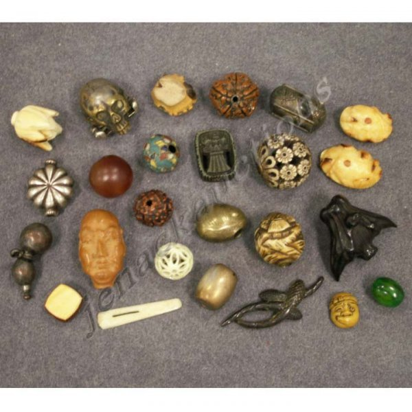 1021: LOT (23) ASSORTED JAPANESE OJIMI/MENUKI/BEADS