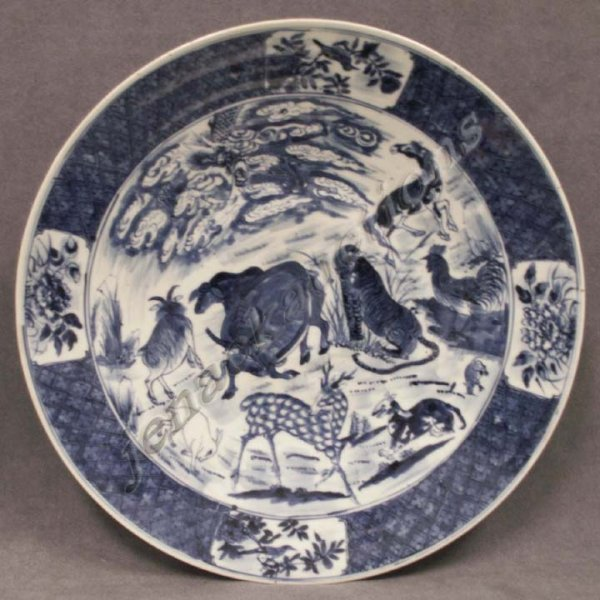 1022: CHINESE BLUE & WHITE DECORATED PORCELAIN CHARGER
