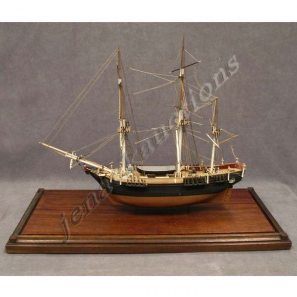 1011: FINE SHIP MODEL H.M.S. BOUNTY WITH GLASS CASE