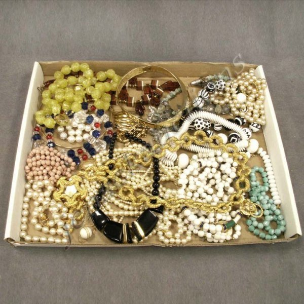 22: LOT ASSORTED COSTUME JEWELRY NECKLACE