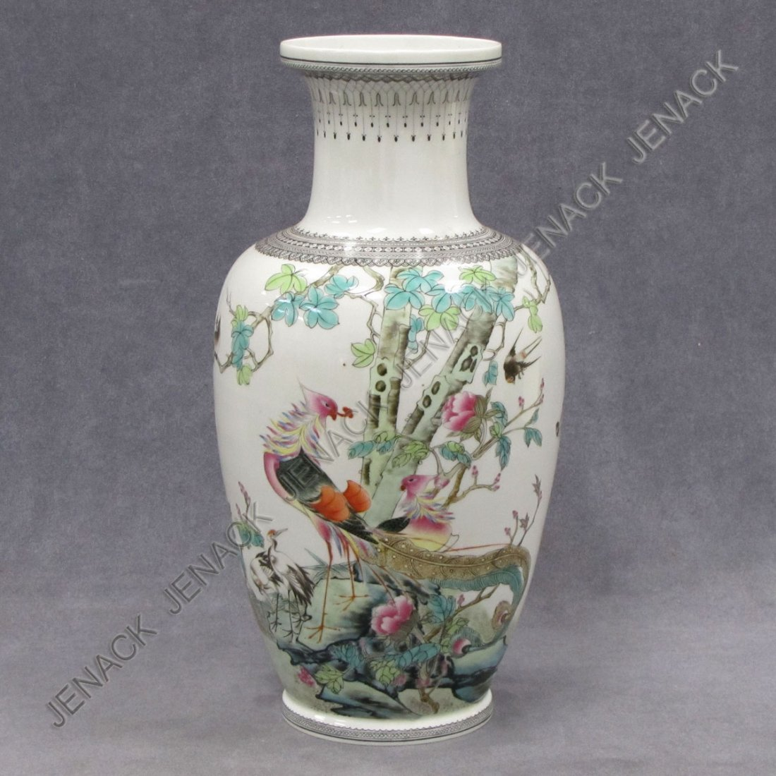 288: CHINESE FAMILLE ROSE DECORATED PORCELAIN VASE