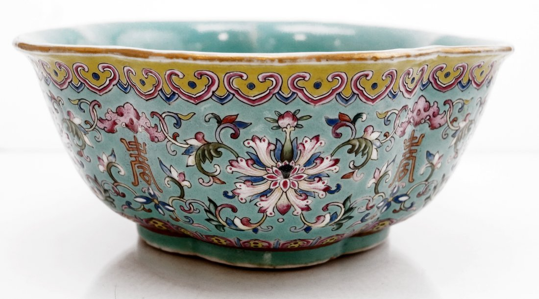 CHINESE FAMILLE ROSE DECORATED PORCELAIN LOBBED BOWL