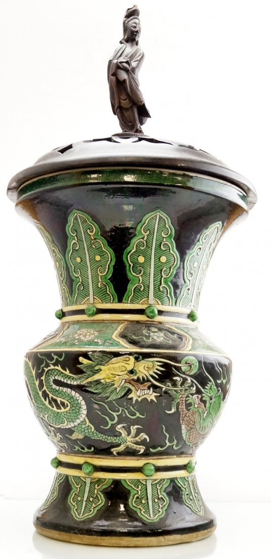 CHINESE FAMILLE NOIRE DECORATED PORCELAIN BEAKER VASE