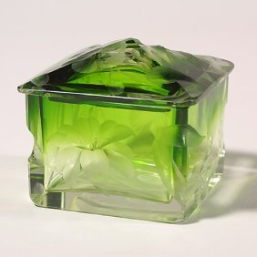 1112: Moser lidded box, green to clear, rim c