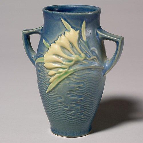 """23: Roseville Freesia vase, blue, 117-6"""""""