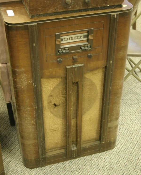 804: Lot of 2 vintage radios RCA console radios; 9k3(mi