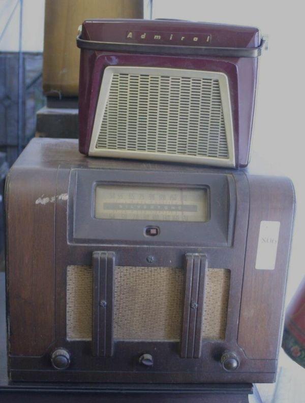 806: Lot of 3 vintage radios; 2 admiral console clocks,