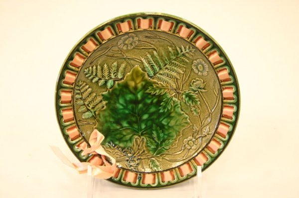 3015: Continental Majolica plate with a central lea