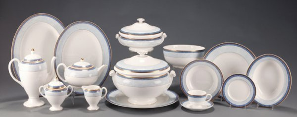 32: 93 Pieces Wedgwood Valencia China Dinnerware