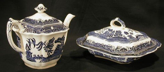 003: Collection Blue Willow tea pot & covered