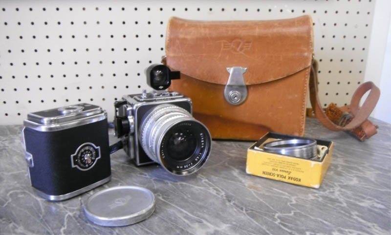 44: Hasselblad camera w/ 2 magazines, Carl Zeiss lens.