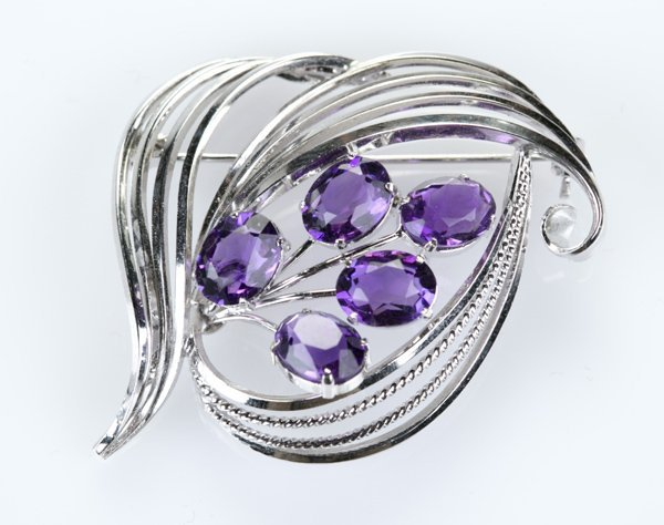 White metal and oval amethyst silver brooch.
