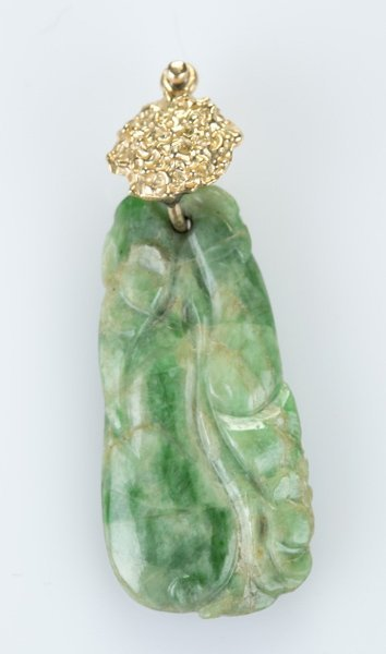 Carved jade pendant of gourds with gold clasp