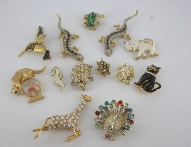 Lot of animal costume brooches.